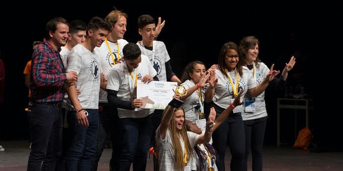 El equipo Super Turtles celebrando su premio